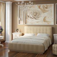 Papiers peints avec de grandes roses sur le lit pour une fille