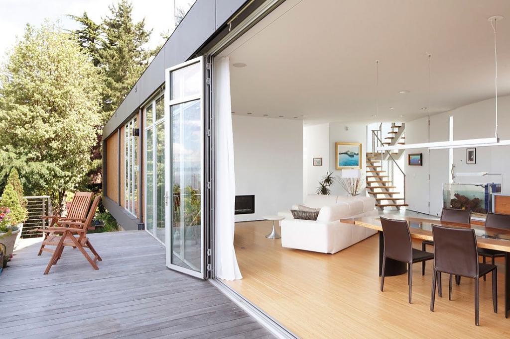 Salon avec accès à la terrasse extérieure de la maison de campagne