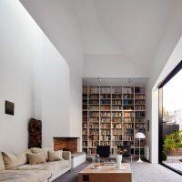 Bibliothèque dans le salon avec une fenêtre panoramique