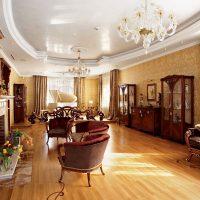 Plafond tendu dans le salon de style classique