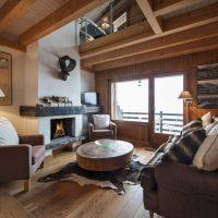 Salon confortable avec cheminée en plâtre