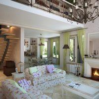 Rideaux verts dans le salon avec cheminée