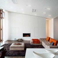 Salon lumineux dans le style du minimalisme.