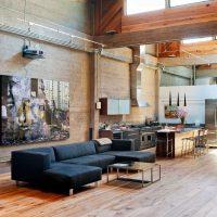 L'intérieur du rez-de-chaussée d'une maison de style industriel