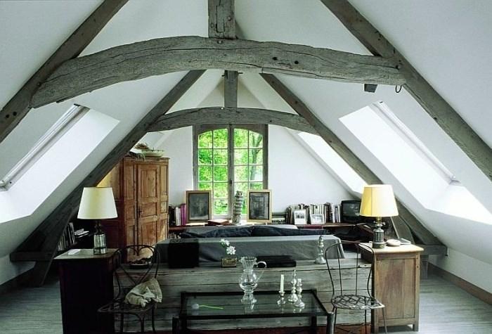 Poutres grises au plafond du grenier