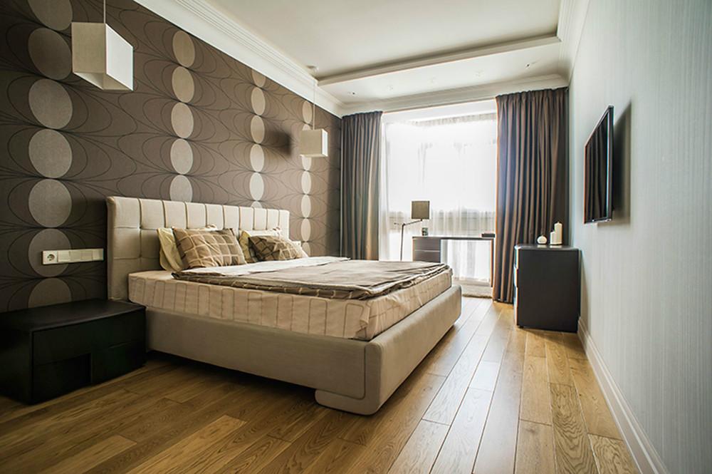 Parquet dans la chambre avec papier peint marron foncé