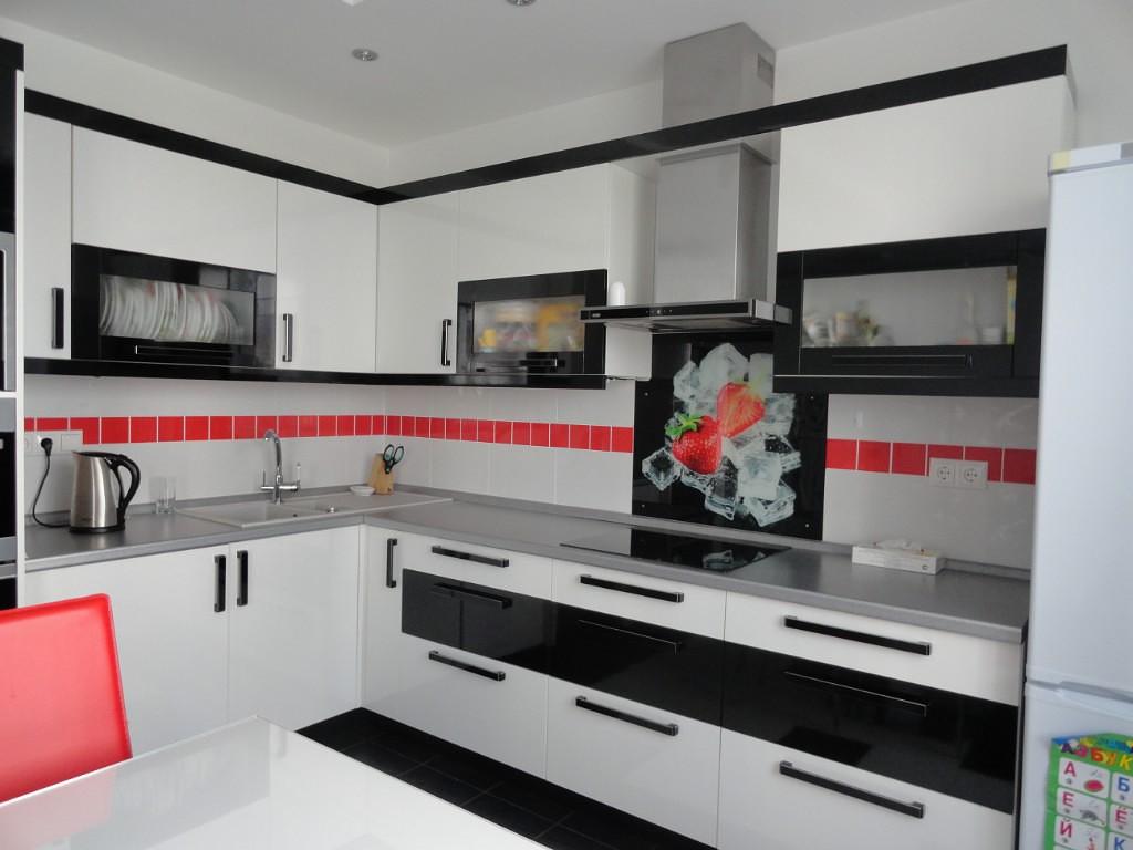 Bande rouge sur un tablier de cuisine blanc