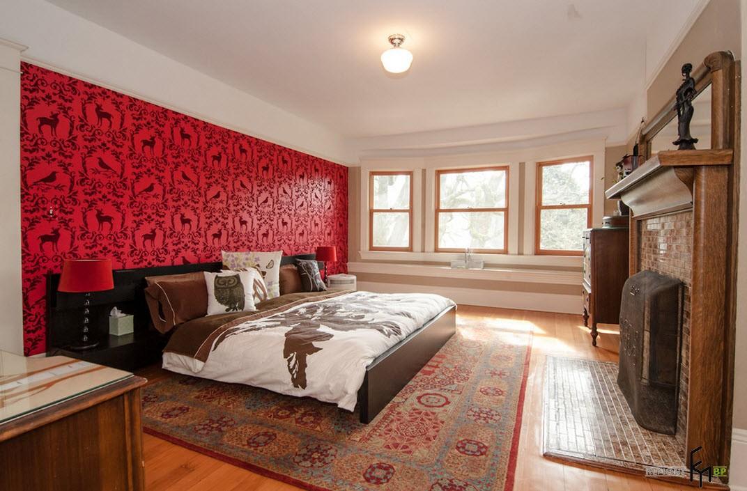 Mur avec du papier peint rouge dans une chambre spacieuse