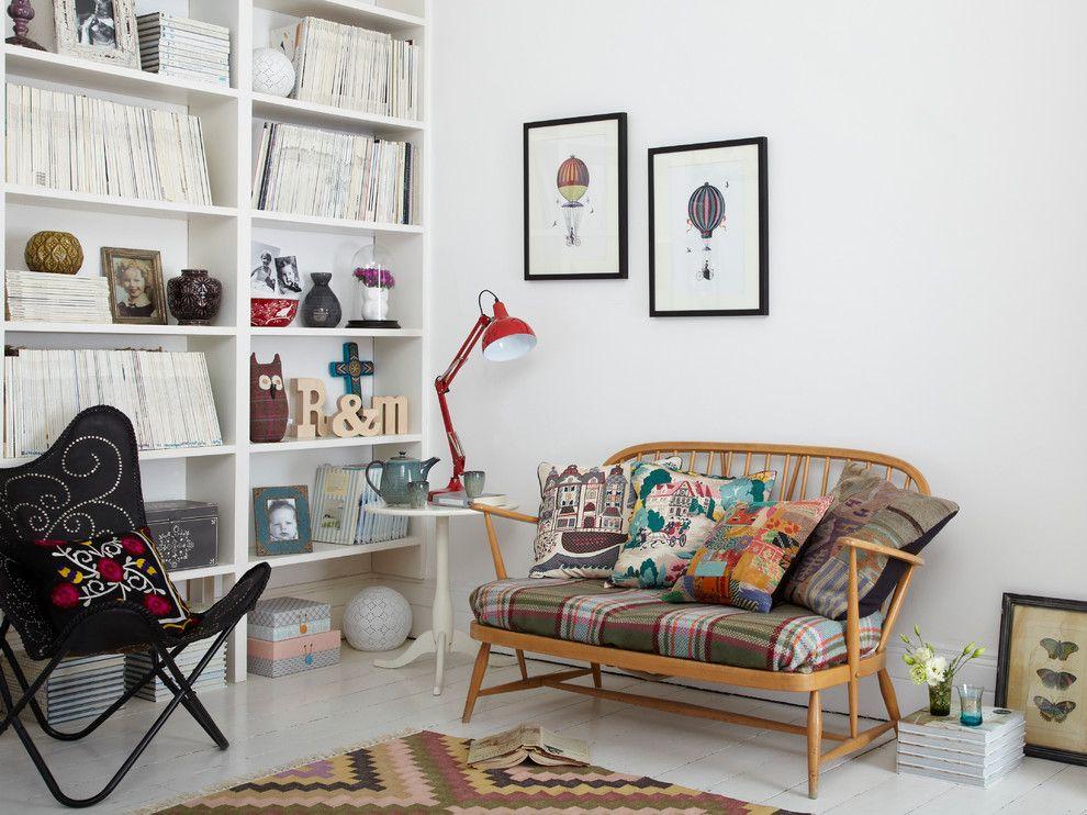 Méridienne en bois avec coussins variés contre un mur blanc