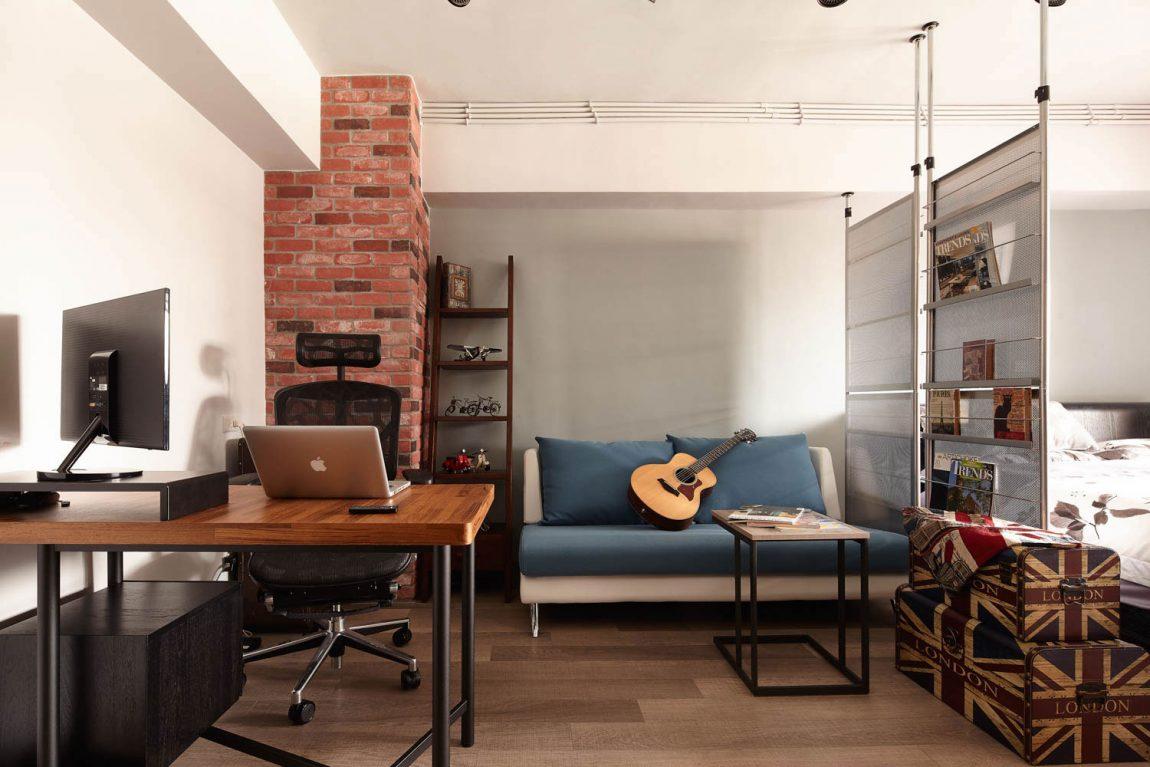 Table d'ordinateur portable dans un studio de style loft