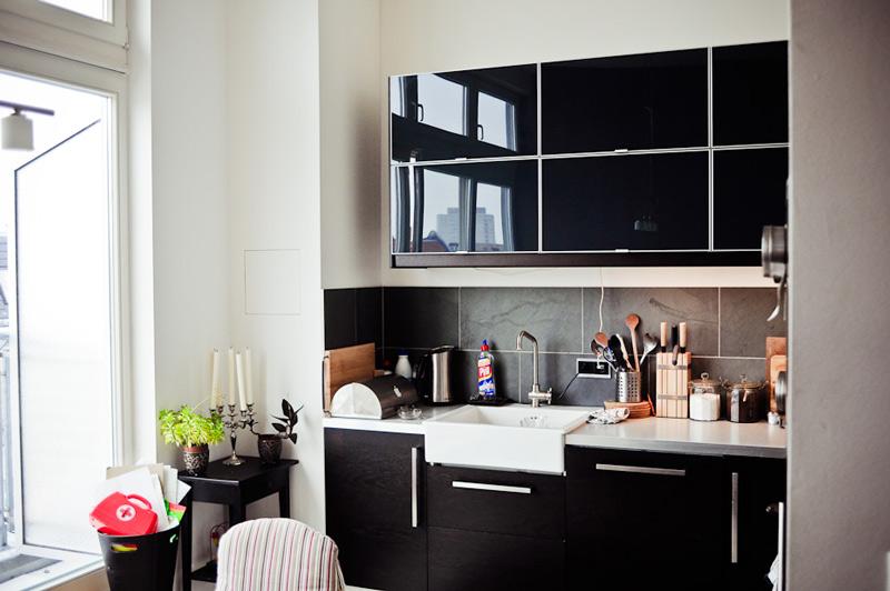 Petite cuisine avec mobilier noir