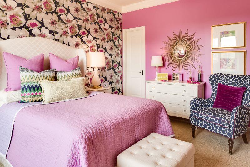 Papier peint avec de grandes fleurs dans le design d'une chambre pour une fille