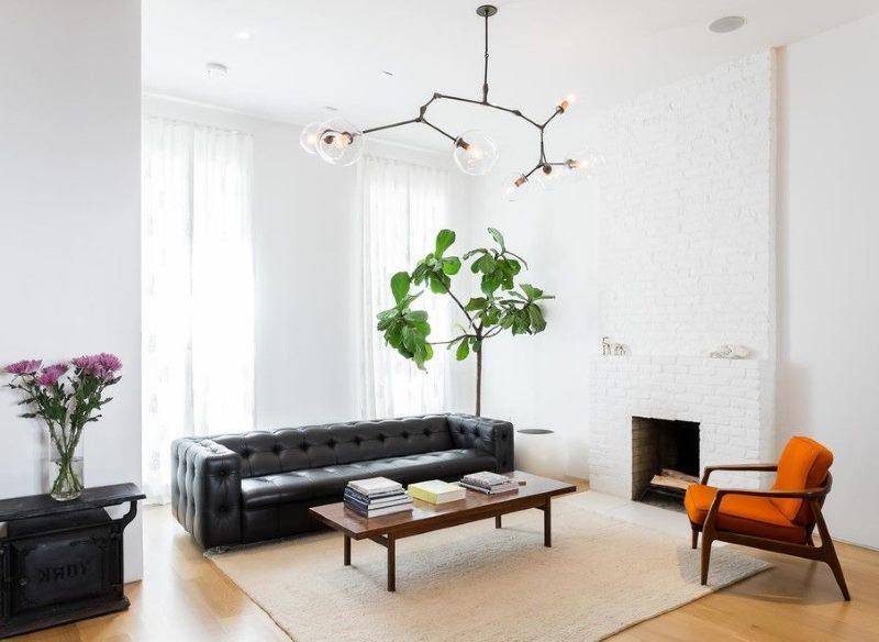 Une combinaison contrastante de meubles noirs et de murs blancs