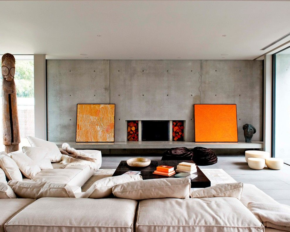 Accents orange sur un fond de mur en béton gris.