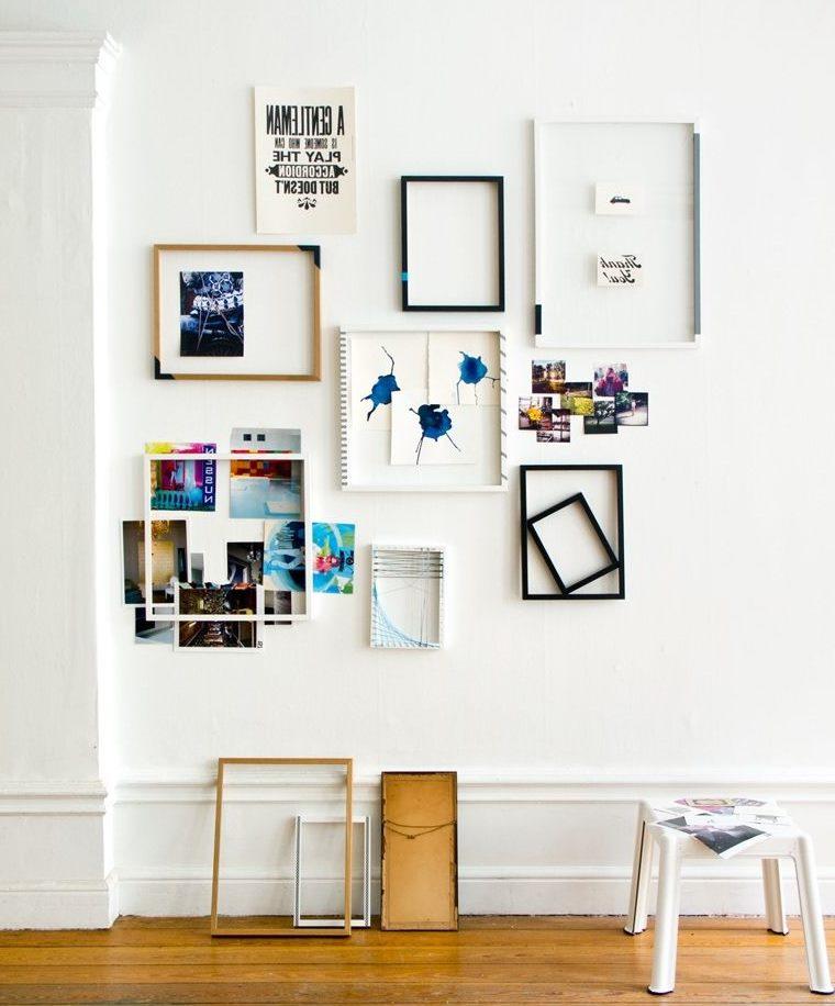 Baltas sienas rotāšana ar rāmjiem un fotogrāfijām