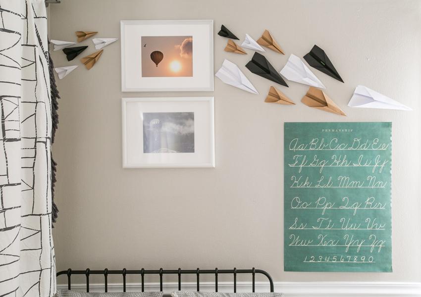 Papīra lidmašīnas uz bērnu istabas sienas