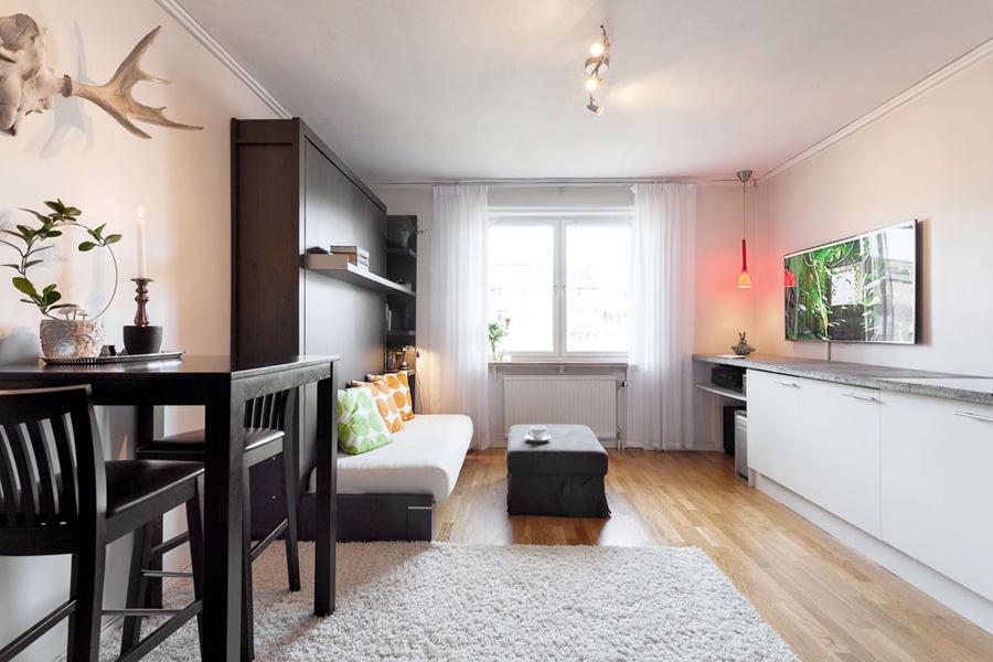 Chambre allongée avec une fenêtre