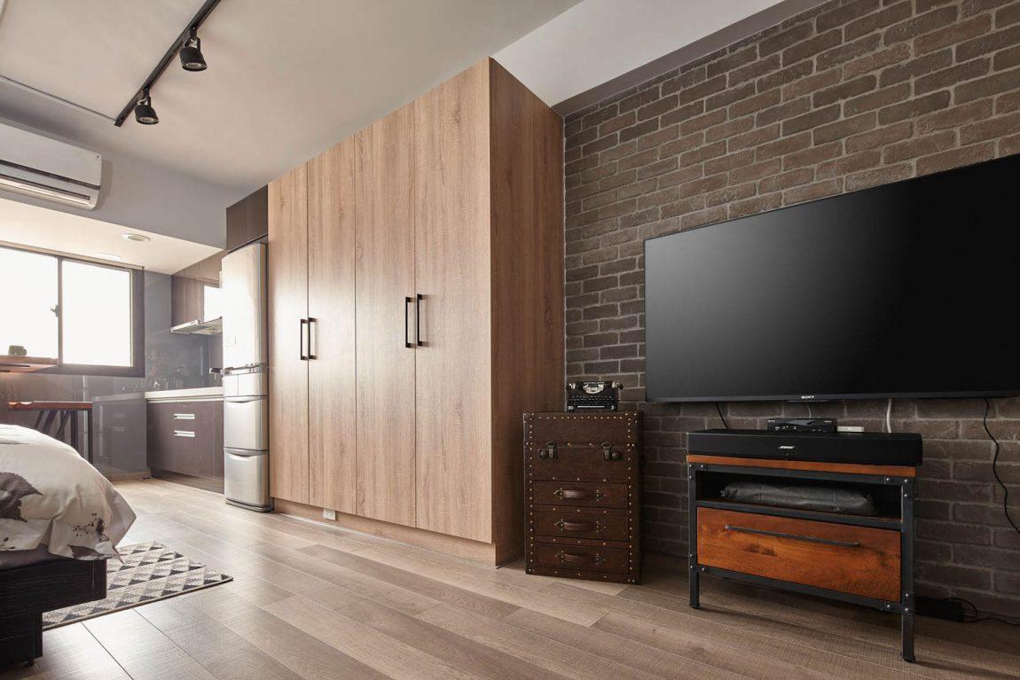 Fekete tv egy tégla falon