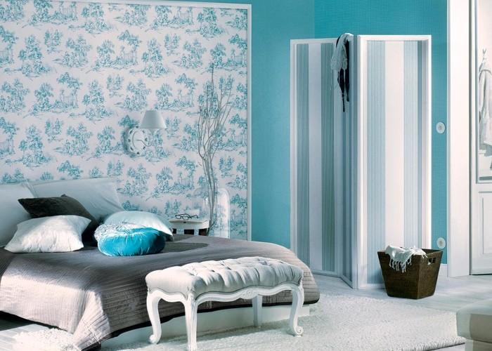 Papier peint léger avec une impression bleue sur un lit gris