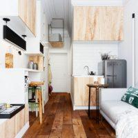 Fa padló egy keskeny szobában