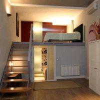 Éclairage dans une pièce avec un deuxième étage