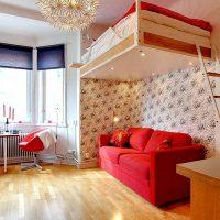 Lógó ágy egy piros kanapé fölött