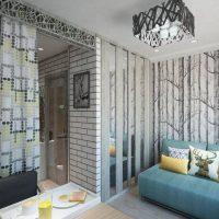 Papier peint gris sur le mur du salon