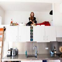 Mezzanine avec une couchette au-dessus des armoires de cuisine