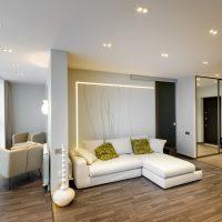 Fehér kanapé színes párnákkal