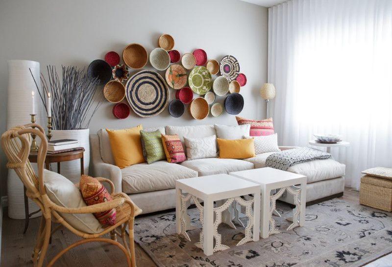 Sienas dekorēšana virs dīvāna ar plāksnēm