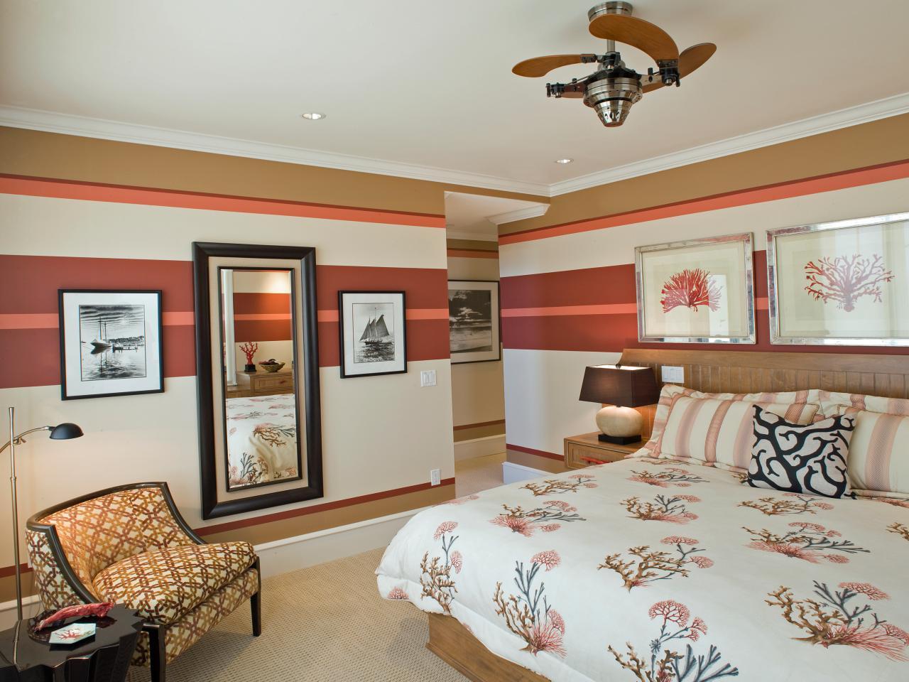 Rayures horizontales sur papier peint dans la chambre.