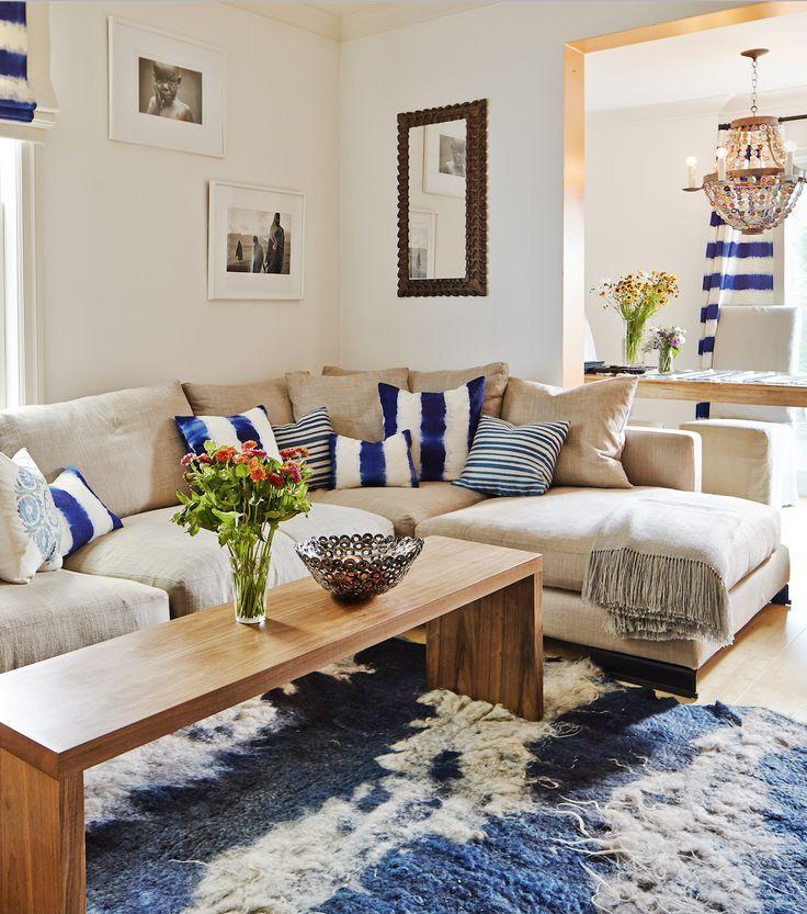 Canapé d'angle gris dans un petit salon