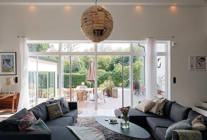 Fenêtre panoramique à l'intérieur du salon d'une maison de campagne