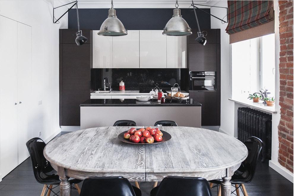 Armoires blanches sur un mur de cuisine noir
