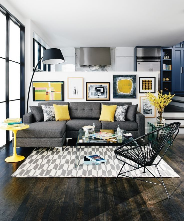 Oreillers jaune clair sur un canapé gris dans le salon