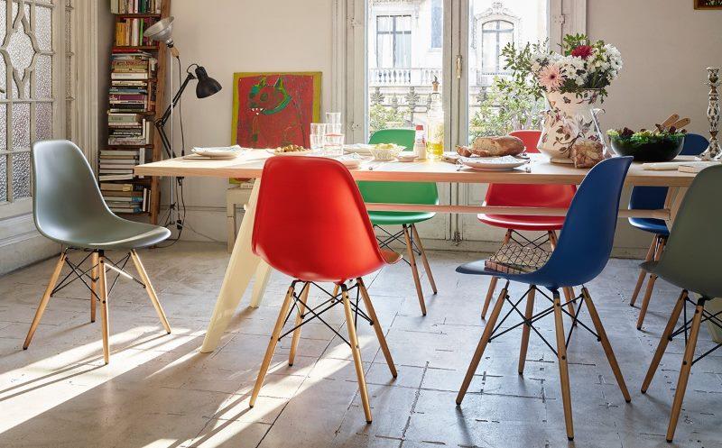 Chaises multicolores à l'intérieur de la cuisine