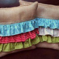 Coussins décoratifs avec des bandes colorées de tissu