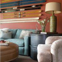 Décoration murale sur le canapé avec des skis