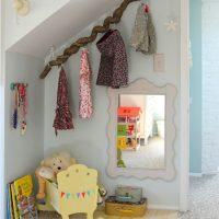 Un cintre intéressant d'une branche dans une chambre d'enfant
