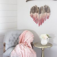 Coeur fait de bâtons dans une chambre de fille