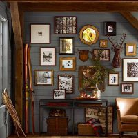 Peintures décoratives et photographies d'un mur en bois