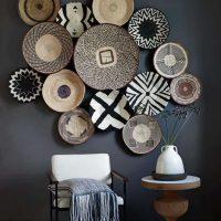 Assiettes décoratives sur un mur gris foncé