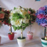 Arrangement de fleurs artificielles sur la table du salon