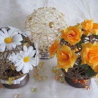 Souvenirs décoratifs avec des fleurs fraîches