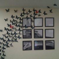 Une volée de papillons de papier gris