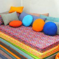Coussins lumineux en tissu multicolore pour décorer un canapé