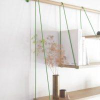 Des étagères simples dans le décor d'un appartement moderne