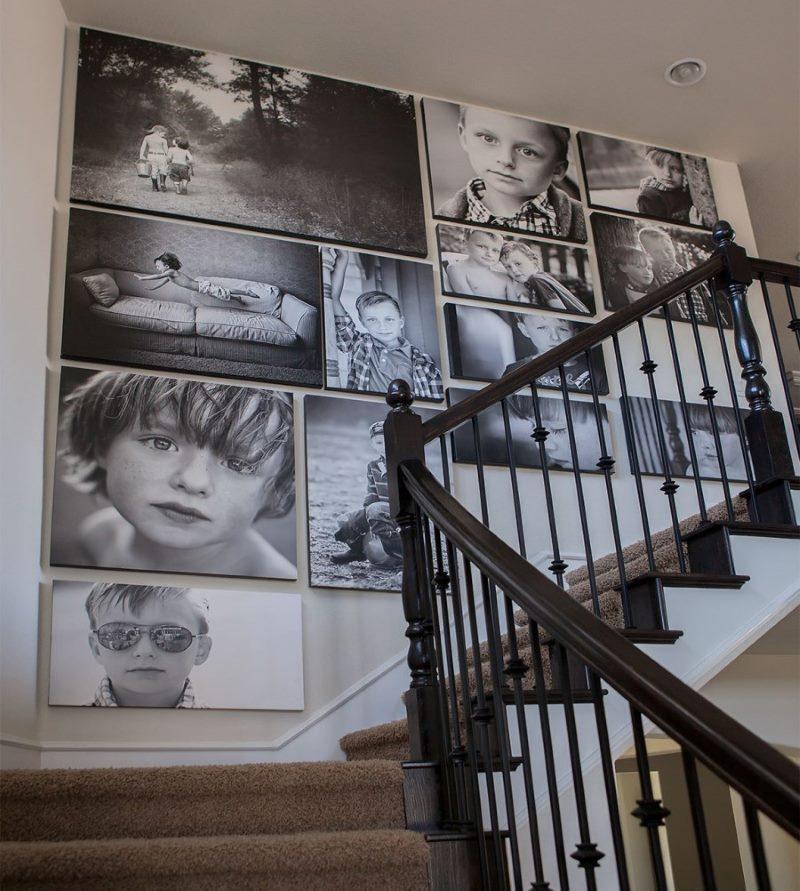 Kāpņu sienas dekorēšana ar fotogrāfijām