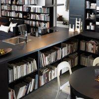 Meubles de cuisine avec des étagères pour les livres