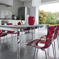 Chaises en plastique à l'intérieur de la cuisine